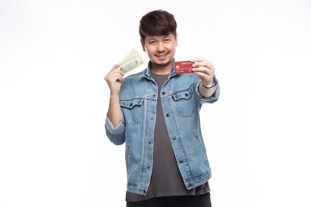 Aziatische man in glimlach gezicht met creditcard en dollars bankno Premium Foto
