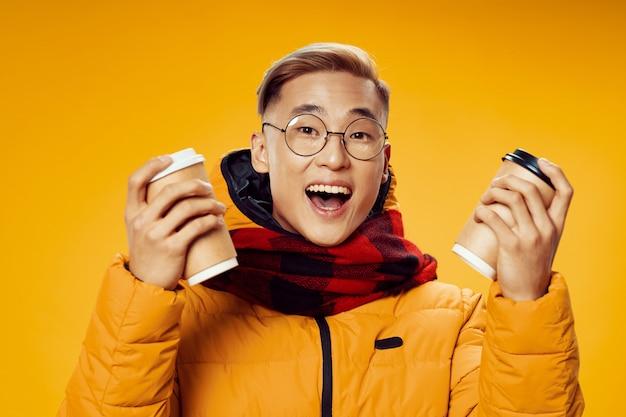 Aziatische man in warme winterkleren poseren Premium Foto