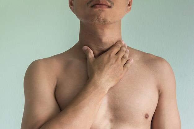 Aziatische man met keelpijn Premium Foto