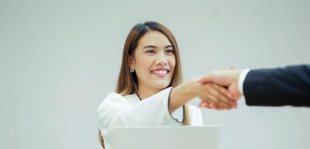 Aziatische manager vrouw handbewegingen met afgestudeerd persoon na sollicitatiegesprek Premium Foto