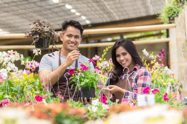 Aziatische mannelijke en vrouwelijke bloemisten Premium Foto