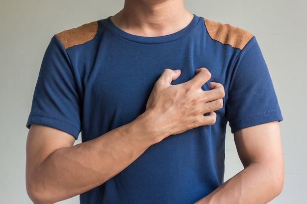 Aziatische mannen hebben pijn op de borst Premium Foto