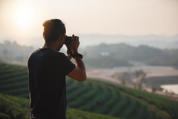 Aziatische mannen rugzakken en reiziger samen wandelen en gelukkig nemen foto op berg Premium Foto