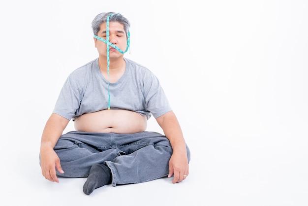 Aziatische mannen van middelbare leeftijd zijn gestrest over obesitas en angst plus vorm Premium Foto