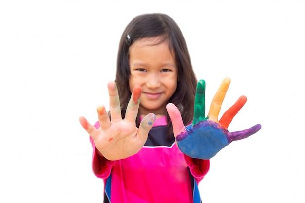 Aziatische meisje het schilderen kleur op linkerhand en vinger. kunst activiteit. Premium Foto