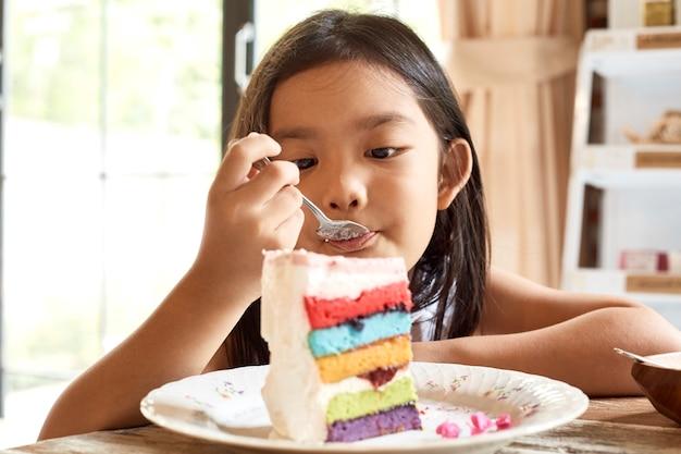 Aziatische meisjes eatting cake in koffie. Premium Foto