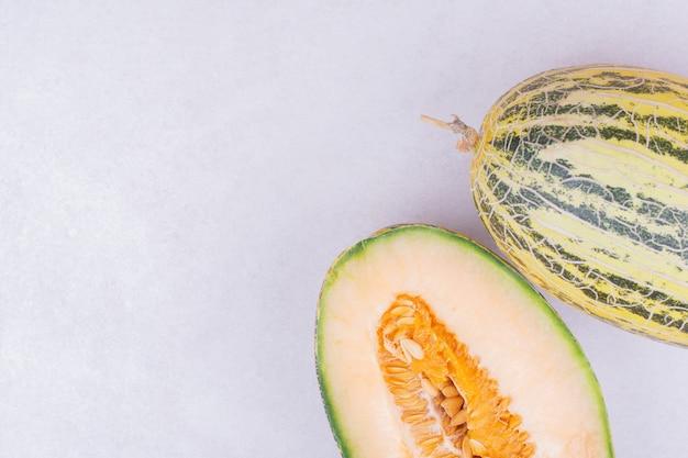 Aziatische meloenen geïsoleerd op een grijze ondergrond Gratis Foto