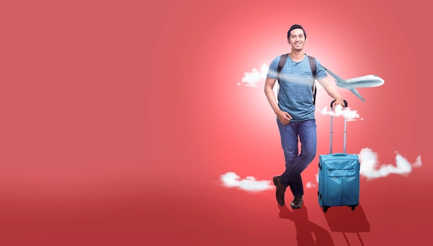 Aziatische mens met kofferzak en rugzak gaan die met vliegtuigachtergrond reizen Premium Foto