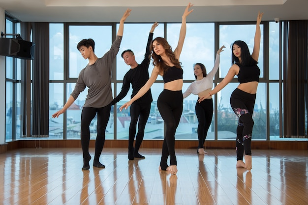 Aziatische mensen die samen dansen Gratis Foto