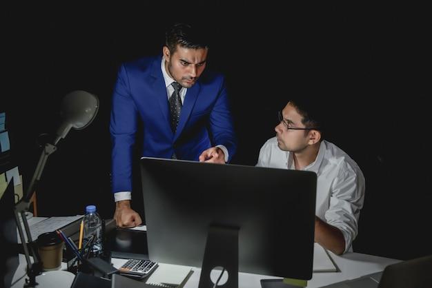 Aziatische mensenbegeleider die personeel beschuldigen tijdens het werk van de nachtploeg Premium Foto