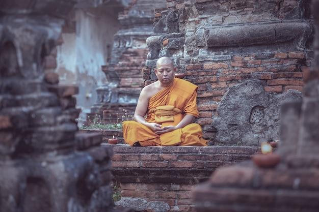 Aziatische monnik mediteren op de tempel Premium Foto