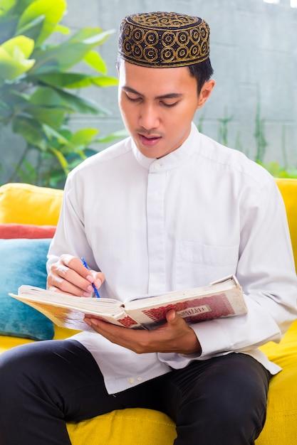 Aziatische moslim man koran of koran lezen Premium Foto
