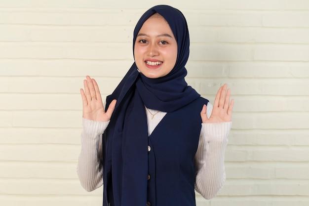 Aziatische moslimvrouw gastvrije gasten gebaar Premium Foto
