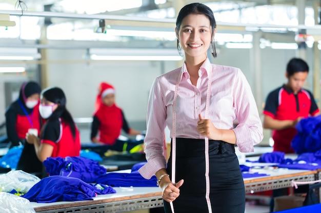 Aziatische naaister in een textielfabriek Premium Foto