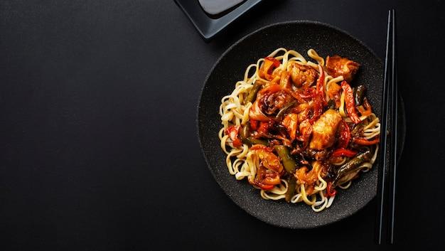 Aziatische noedels gebakken met groenten Premium Foto