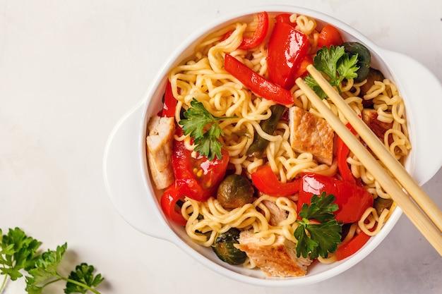 Aziatische noedels met groenten en kip Premium Foto