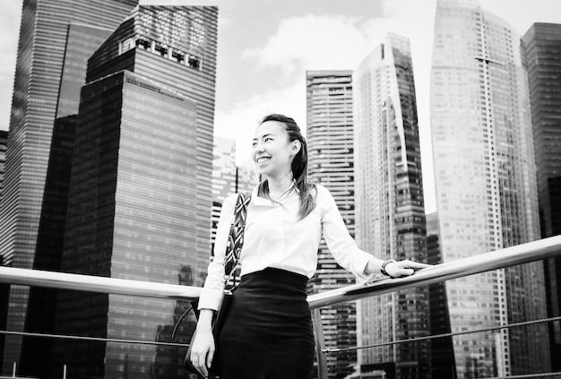 Aziatische onderneemster in een stad Gratis Foto