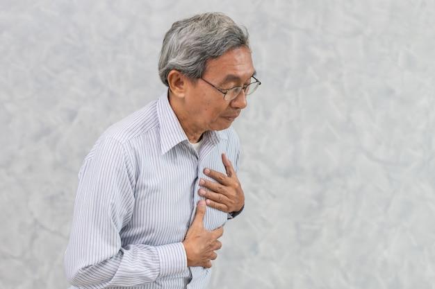 Aziatische ouderen lijden aan pijn op de borst door een hartaanval of beroerte. Premium Foto