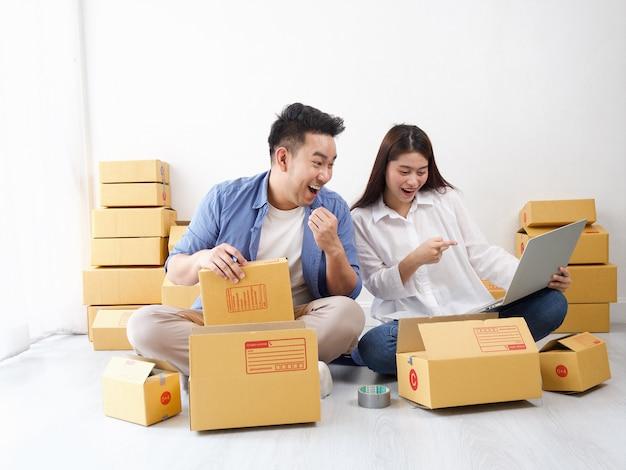 Aziatische paar online winkelende zaken Premium Foto
