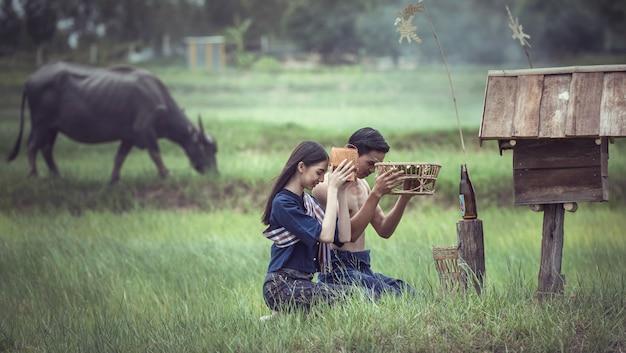 Aziatische paar op het platteland van thailand Premium Foto