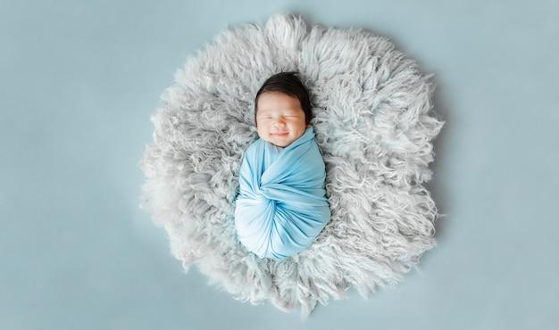 Aziatische pasgeboren babyslaap op bont Premium Foto