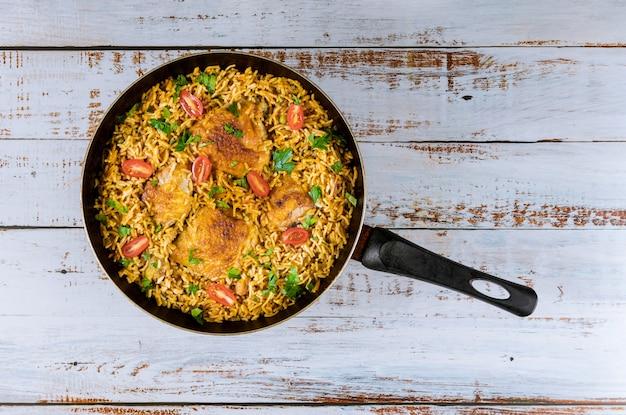 Aziatische rijst en pasta met kip en groenten. Premium Foto