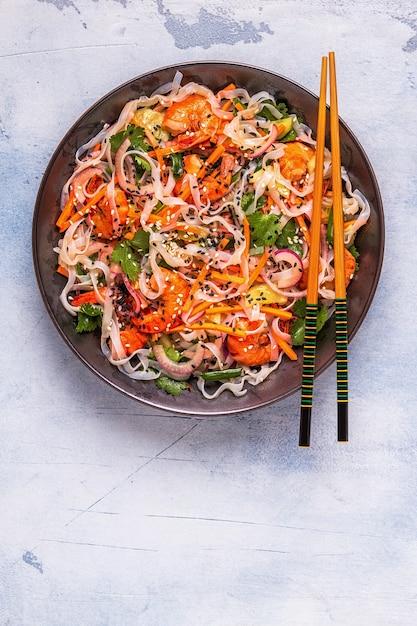 Aziatische salade met rijstnoedels, garnalen en groenten Premium Foto