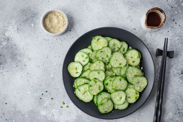 Aziatische salade met verse komkommers, sesamzaadjes en kruiden Premium Foto