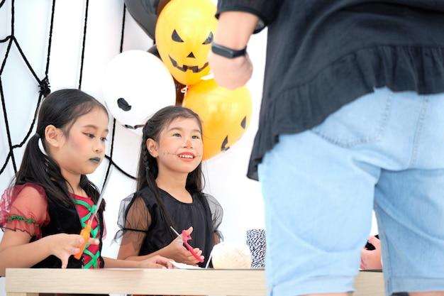Aziatische schattige kleine meisjes zitten om op te letten Premium Foto