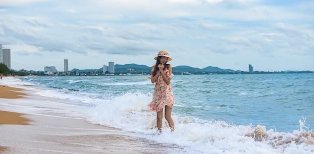 Aziatische sexy vrouw op het strand, de reisreis van de de zomervakantie, banner met exemplaarruimte. Premium Foto