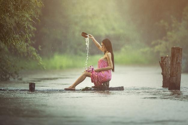 Aziatische sexy vrouwen die in de regen baden Premium Foto