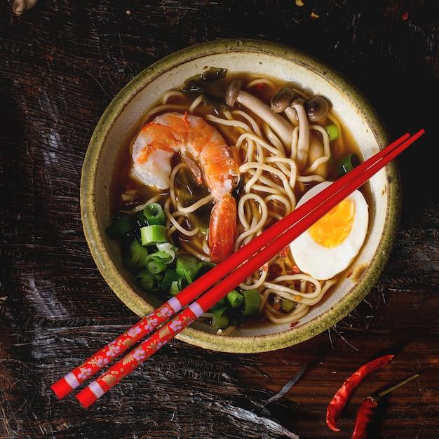 Aziatische soep ramen met garnalen Premium Foto