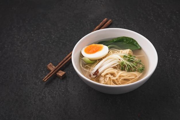 Aziatische soepnoedels (ramen) met ei op donkere achtergrond Premium Foto