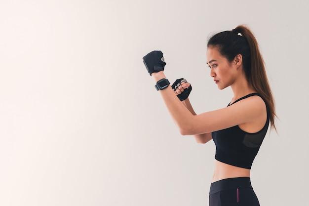 Aziatische sterke bokservrouw plaatste de ponskaart. Premium Foto