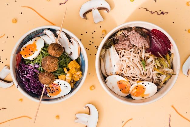Aziatische stijl voedsel kommen op gekleurde achtergrond Gratis Foto