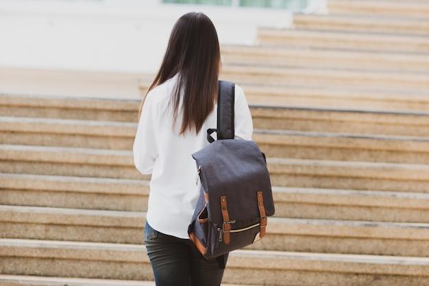 Aziatische studentenvrouw met laptop en zak, onderwijsconcept Gratis Foto