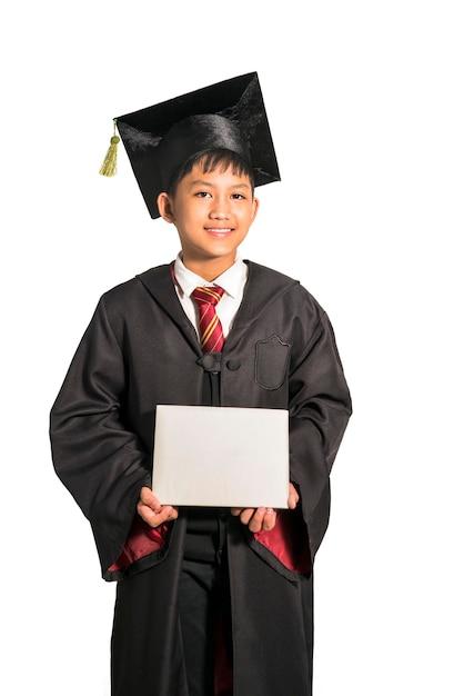 Aziatische tiener jongen afstuderen in de klas op wit wordt geïsoleerd vieren Premium Foto