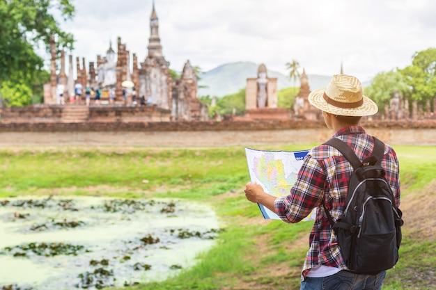 Aziatische toeristenmens in het historische park van sukhothai, thailand Premium Foto