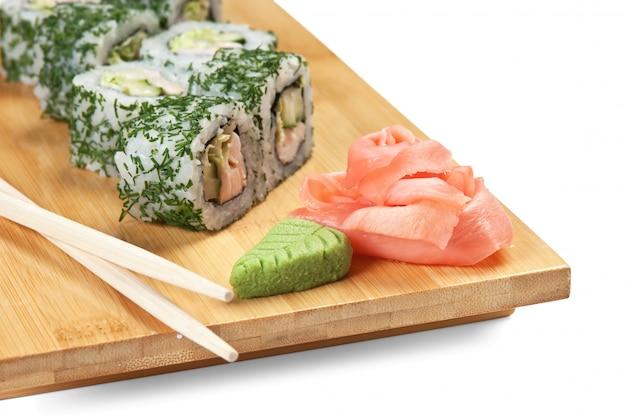 Aziatische voedselsushi op houten geïsoleerde plaat Premium Foto