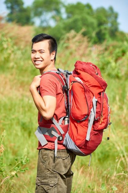 Aziatische vrolijke wandelaar Gratis Foto
