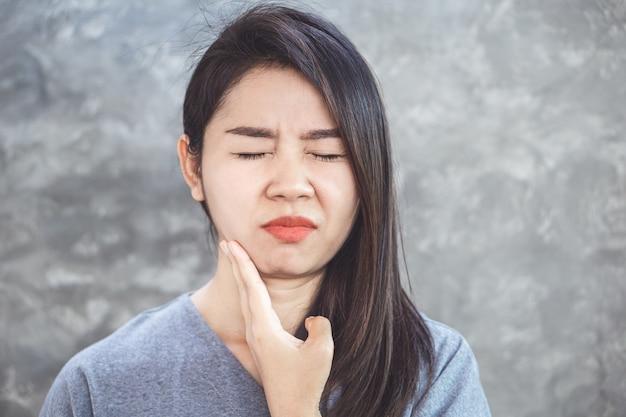 Aziatische vrouw die aan tandvleespijn lijdt Premium Foto