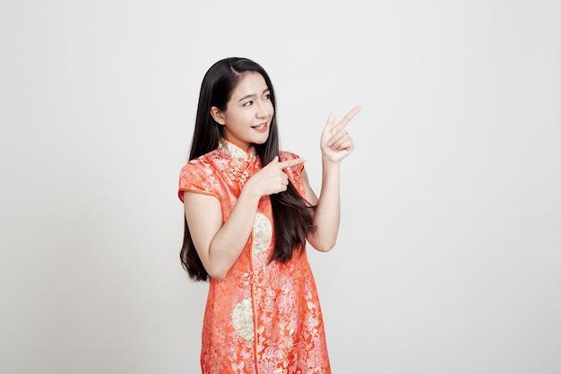 Aziatische vrouw die chinese traditionele kleding draagt Premium Foto