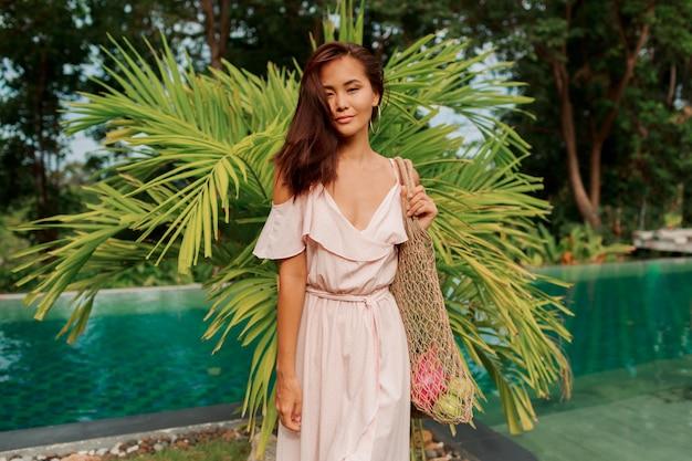 Aziatische vrouw die eco vriendelijke mesh shopper Gratis Foto