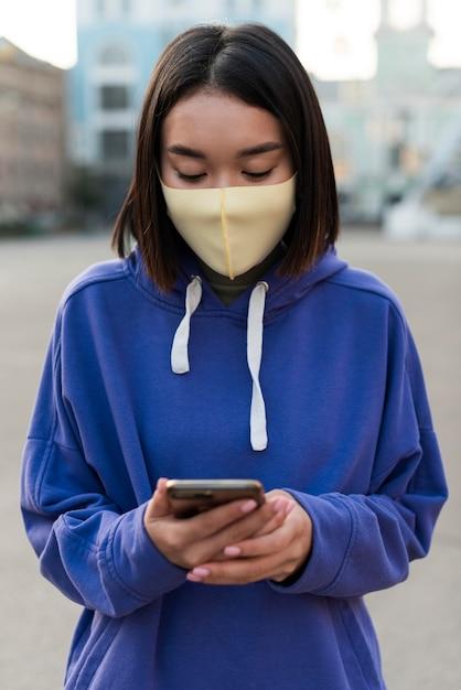 Aziatische vrouw die een medisch masker draagt Premium Foto