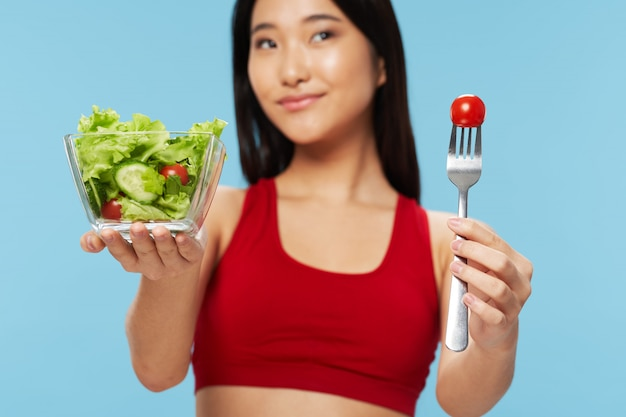 Aziatische vrouw die een salade eet Premium Foto