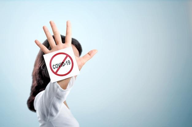 Aziatische vrouw die het gebaar van de eindehand voor coronavirus toont Premium Foto