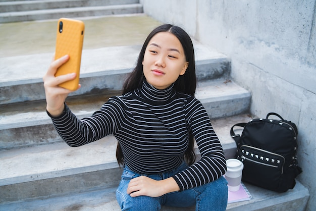Aziatische vrouw die selfie met telefoon nemen. Premium Foto