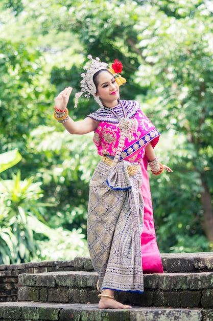 Aziatische vrouw die typische, traditionele thaise kleding draagt, het is letterlijk middel Premium Foto