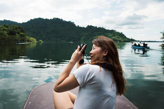 Aziatische vrouw die van een openluchtreis geniet Gratis Foto