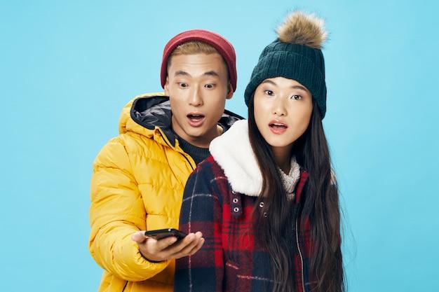 Aziatische vrouw en man op helder kleuren stellend model als achtergrond samen Premium Foto